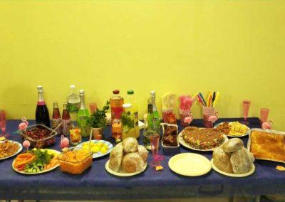 שולחן עם כיבוד ואוכל בג'וב היווני בחיפה
