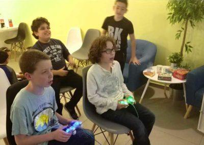 ילדים משחקים בקונסולת המשחקים שלנו בג'וב היווני