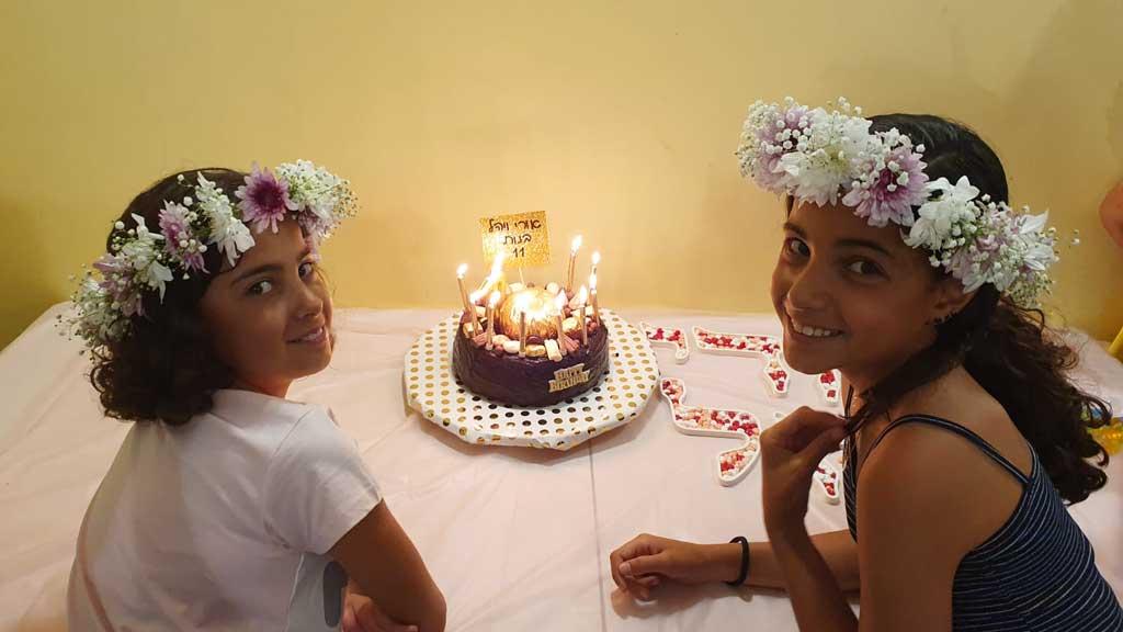 ילדות חוגגות יום הולדת בלתי נשכח בג'וב היווני